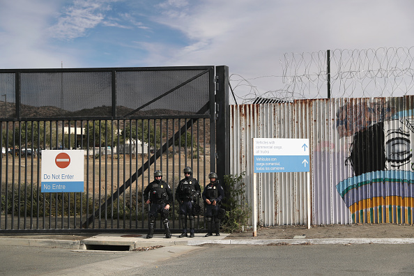 Entrance「Customs And Border Protection Holds Training Exercise Near CA-Mexico Border」:写真・画像(19)[壁紙.com]