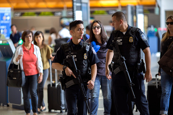 LAX Airport「Security Tightened At LAX During Busy Fourth Of July Weekend」:写真・画像(17)[壁紙.com]
