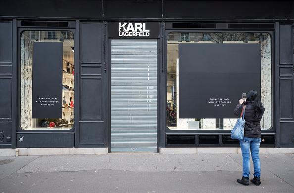 Store Window「Tributes Are Made To Fashion Designer Karl Lagerfeld」:写真・画像(7)[壁紙.com]