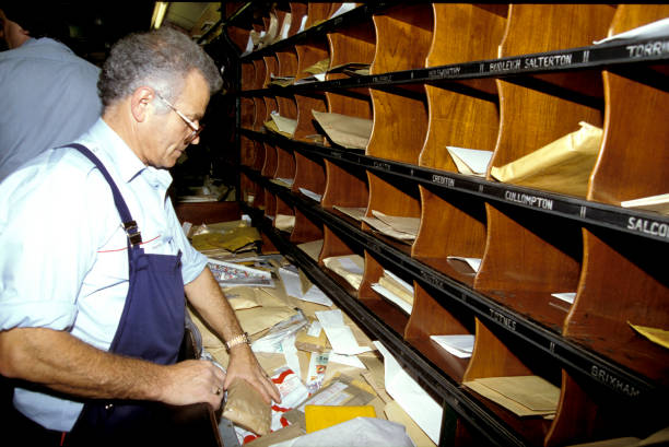 Sorting mail in Travelling Post Office. c1993:ニュース(壁紙.com)