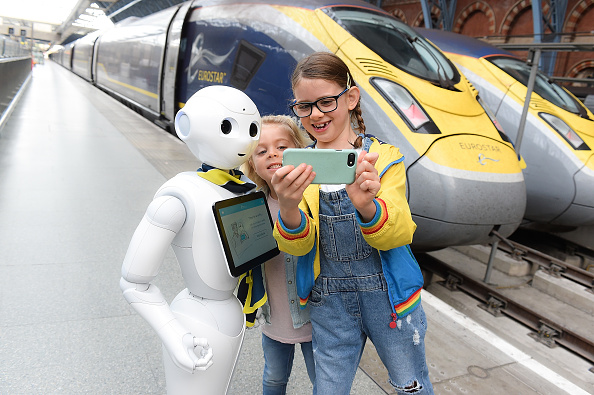 Bestpix「Eurostar welcomes 'Pepper' : the first robot in the UK travel industry」:写真・画像(4)[壁紙.com]