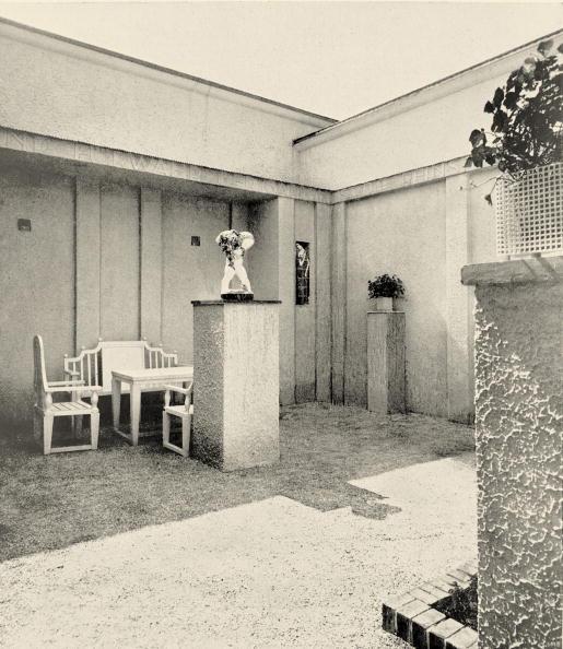 """Ornamental Garden「Small courtyard of the """"Kunstschau Wien 1908"""" (art show) designed by Josef Hoffmann. In: Deutsche Kunst und Dekoration, Volume XXIII, 1909, page 39. Vienna. Photograph. 1908.」:写真・画像(18)[壁紙.com]"""