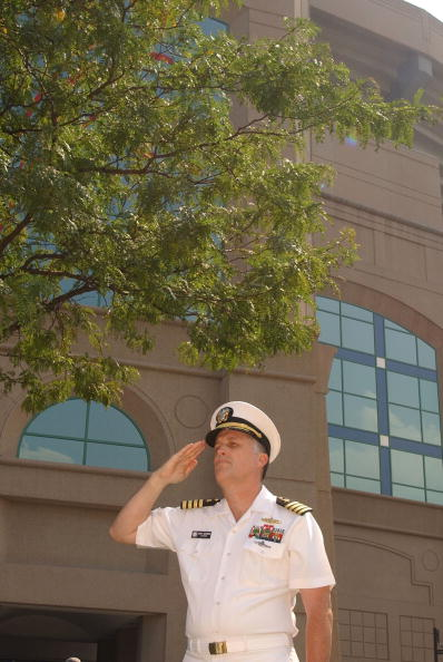 Daniel Gi「Captain Johnson salutes the flag」:写真・画像(11)[壁紙.com]