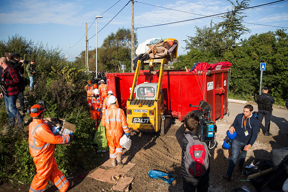 Construction Machinery「Migrants Leave The Jungle Refugee Camp In Calais」:写真・画像(2)[壁紙.com]