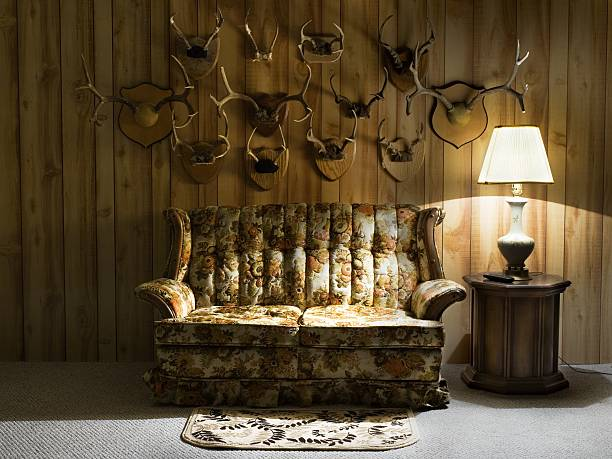 Sofa with lamp and antlers:スマホ壁紙(壁紙.com)