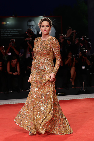 Gold Dress「Filming In Italy Red Carpet Arrivals - The 76th Venice Film Festival」:写真・画像(11)[壁紙.com]