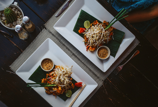 Thai Food「overhead high angle image of a Pad Thai in a beach bar」:スマホ壁紙(12)