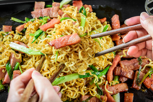 Griddle「Yakisoba, Japanese Pan Fried Noodle, with Ham and Scallion in Cast Iron Pot」:スマホ壁紙(15)