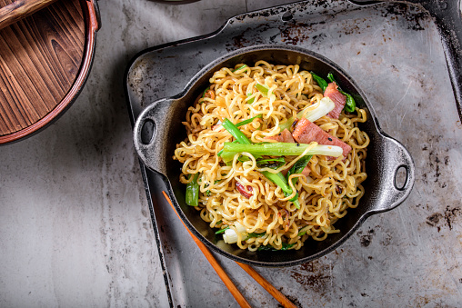 Griddle「Yakisoba, Japanese Pan Fried Noodle, with Ham and Scallion in Cast Iron Pot」:スマホ壁紙(8)