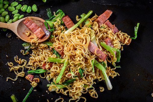 Griddle「Yakisoba, Japanese Pan Fried Noodle, with Ham and Scallion in Cast Iron Pot」:スマホ壁紙(12)