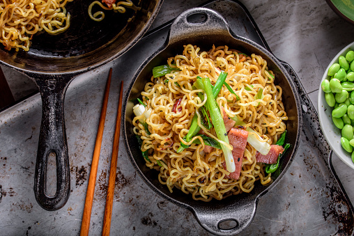 Griddle「Yakisoba, Japanese Pan Fried Noodle, with Ham and Scallion in Cast Iron Pot」:スマホ壁紙(9)