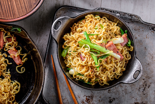 Griddle「Yakisoba, Japanese Pan Fried Noodle, with Ham and Scallion in Cast Iron Pot」:スマホ壁紙(11)