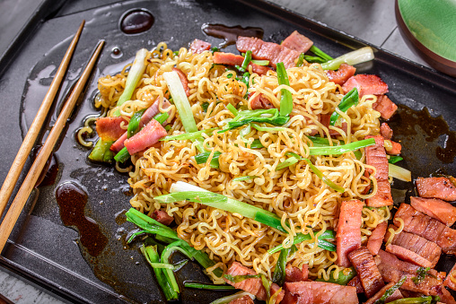 Griddle「Yakisoba, Japanese Pan Fried Noodle, with Ham and Scallion in Cast Iron Pot」:スマホ壁紙(0)