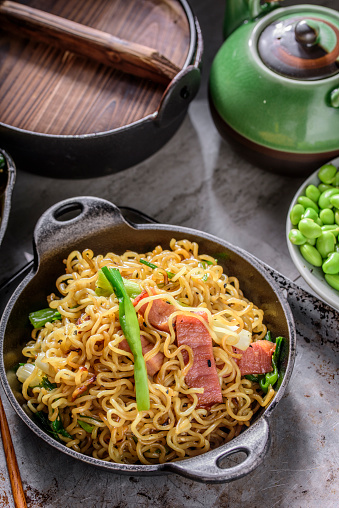 Griddle「Yakisoba, Japanese Pan Fried Noodle, with Ham and Scallion in Cast Iron Pot」:スマホ壁紙(5)