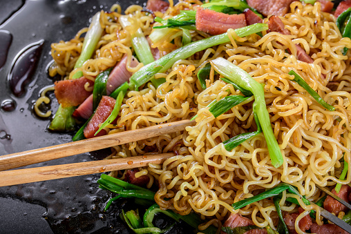 Griddle「Yakisoba, Japanese Pan Fried Noodle, with Ham and Scallion in Cast Iron Pot」:スマホ壁紙(7)