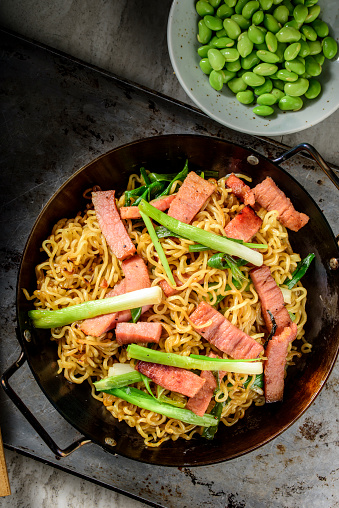 Griddle「Yakisoba, Japanese Pan Fried Noodle, with Ham and Scallion in Cast Iron Pot」:スマホ壁紙(6)