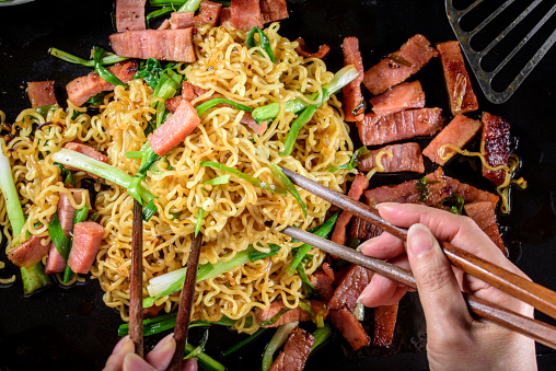 Griddle「Yakisoba, Japanese Pan Fried Noodle, with Ham and Scallion in Cast Iron Pot」:スマホ壁紙(4)