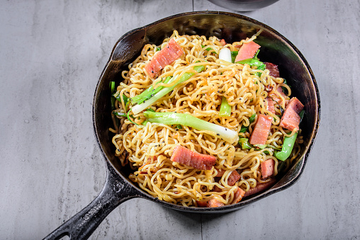 Griddle「Yakisoba, Japanese Pan Fried Noodle, with Ham and Scallion in Cast Iron Pot」:スマホ壁紙(3)
