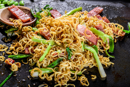Griddle「Yakisoba, Japanese Pan Fried Noodle, with Ham and Scallion in Cast Iron Pot」:スマホ壁紙(2)