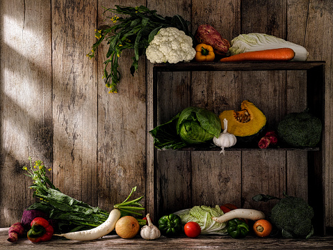 Carrot「Fresh market vegetables on old rustic wooden shelves and a table against an old wooden plank wall background.d」:スマホ壁紙(5)