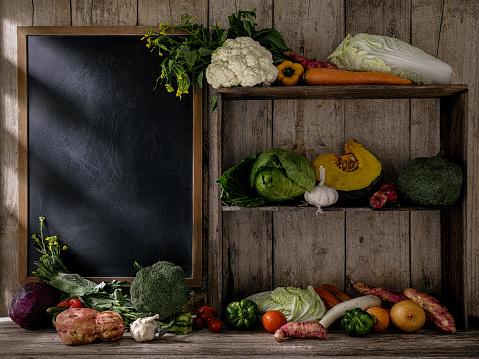 Shelf「古い素朴な木製の棚や、古い木の板壁 background.d に対して空の黒板の横にあるテーブルに新鮮野菜」:スマホ壁紙(11)