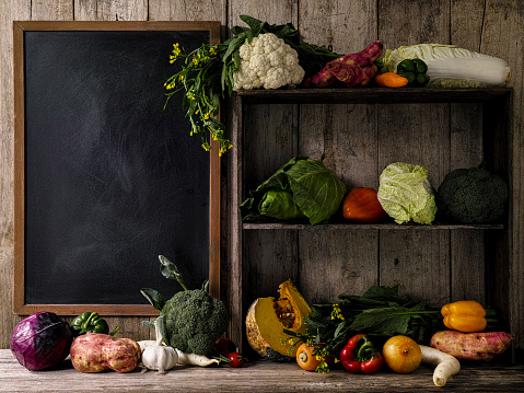 Shelf「古い素朴な木製の棚や、古い木の板壁 background.d に対して空の黒板の横にあるテーブルに新鮮野菜」:スマホ壁紙(13)