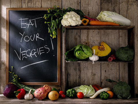 Shelf「古い素朴な木製の棚や ' 食べる、野菜と一緒に' 古いの木の板の壁 background.d に対してチョークで書かれた黒板の横にあるテーブルに新鮮野菜」:スマホ壁紙(14)