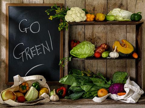 Shelf「古い素朴な木製の棚とテーブルと行く緑の古い木の板壁を背景にチョークで書かれた黒板の横に、再利用可能なコットン ショッピング バッグのいくつかの新鮮野菜。」:スマホ壁紙(8)