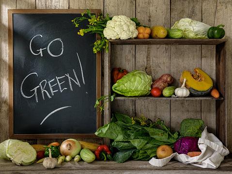 Shelf「古い素朴な木製の棚とテーブルと行く緑の! 古い木の板壁を背景に白いチョークで書かれた黒板の横に、綿を再利用可能な買い物袋にいくつかの新鮮野菜。」:スマホ壁紙(7)