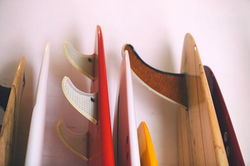 オアフ島「The tails of a series of surfboards rests against the wall in a surfboard shop, Hawaii.」:スマホ壁紙(3)