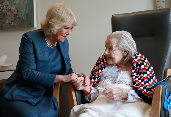 Holding Hands「The Duchess Of Cornwall Visits The Royal Trinity Hospice」:写真・画像(18)[壁紙.com]