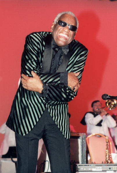 Human Arm「Ray Charles SIngs With Arms Wrapped」:写真・画像(13)[壁紙.com]