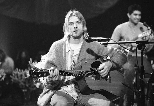Men「Kurt Cobain On 'MTV Unplugged'」:写真・画像(4)[壁紙.com]