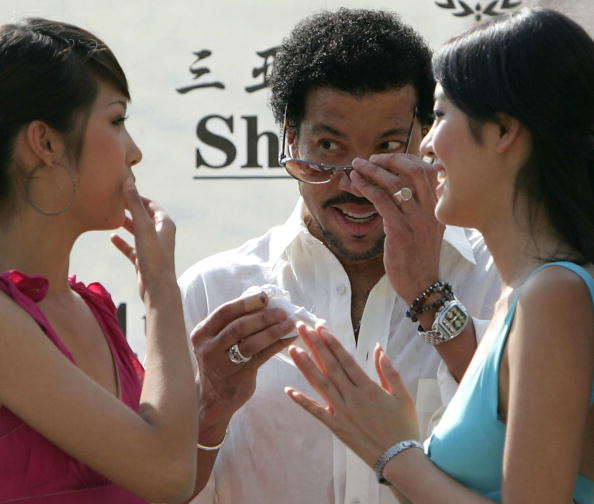Hainan Island「Lionel Richie Meets Miss World 2004 Contestants Ahead Of Finals」:写真・画像(7)[壁紙.com]