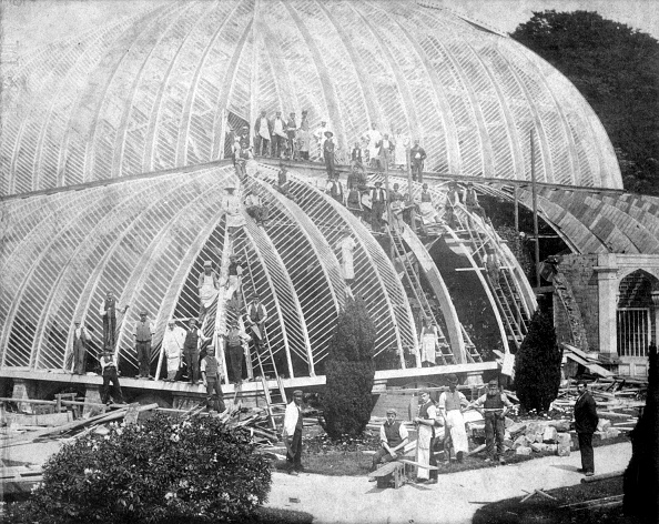 Greenhouse「Making Repairs To The Great Conservatory At Chatsworth Derbyshire Late 19th Century」:写真・画像(1)[壁紙.com]