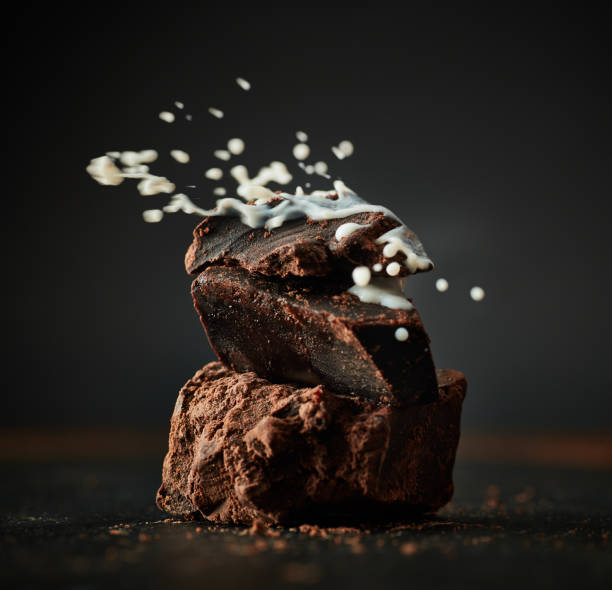 Milk pouring on pieces of chocolate:スマホ壁紙(壁紙.com)