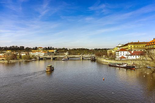 ヴルタヴァ川「Boat sailing on Vltava River, Prague, Czech Republic」:スマホ壁紙(4)