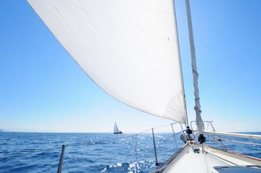 船・ヨット「ボート、地平線に向かってセーリング」:スマホ壁紙(12)