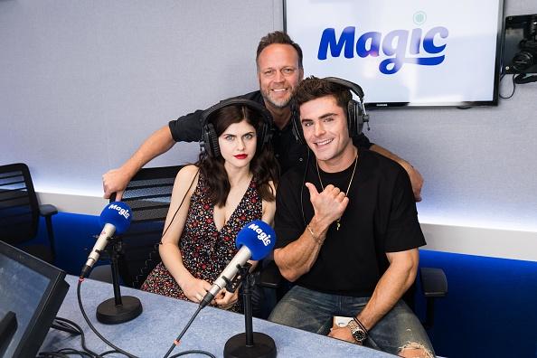ザック・エフロン「Zac Efron and Alexandra Daddario Visit The Magic FM Radio Studio」:写真・画像(8)[壁紙.com]