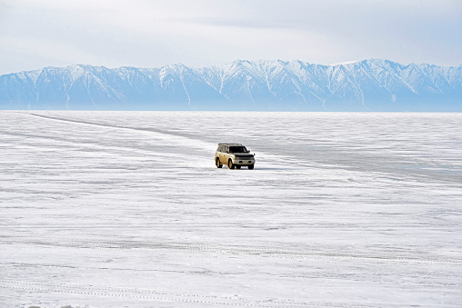 Extreme Terrain「Russia, Lake Baikal, pickup truck driving on frozen lake」:スマホ壁紙(1)