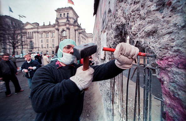 Destruction「Man Hammers On The Berlin Wall」:写真・画像(15)[壁紙.com]