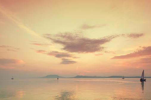 Lake Balaton「sailboat on the lake at sunset.」:スマホ壁紙(17)