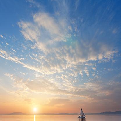 Lake Balaton「sailboat on the lake at sunset.」:スマホ壁紙(4)