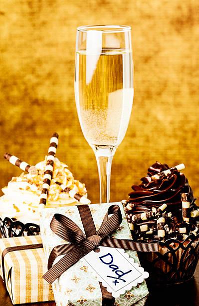 父の日のギフト、グルメなカップケーキ、シャンパン:スマホ壁紙(壁紙.com)