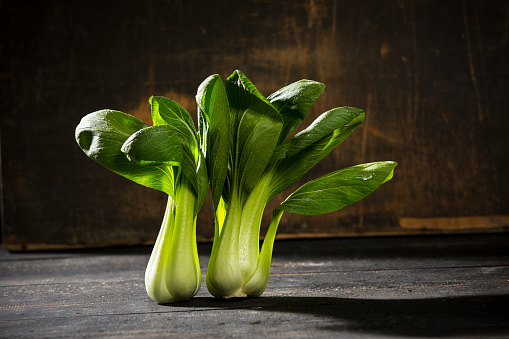 Cabbage「Shanghai Pak Choi on dark wood」:スマホ壁紙(13)