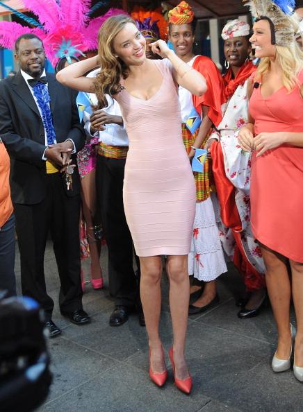 ミランダ・カー「Miranda Kerr Visits 'Fox & Friends'」:写真・画像(1)[壁紙.com]