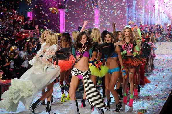 ミランダ・カー「2011 Victoria's Secret Fashion Show - Runway」:写真・画像(7)[壁紙.com]