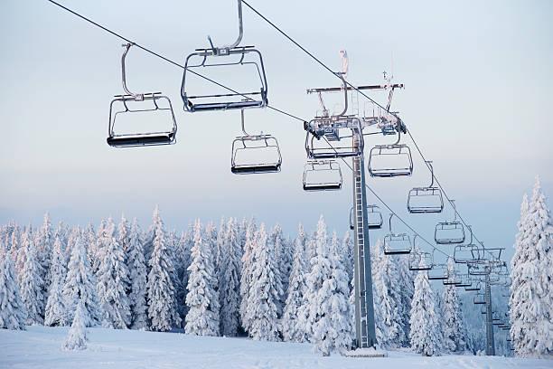 An empty ski lift during winter:スマホ壁紙(壁紙.com)