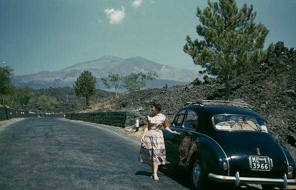 1950-1959「Woman Posing Next To Car」:写真・画像(10)[壁紙.com]