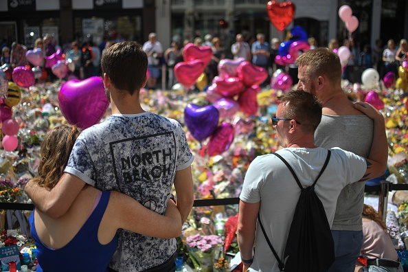 Exploding「Floral Tributes Are Left For The Victims Of The Manchester Arena Terrorist Attack」:写真・画像(17)[壁紙.com]